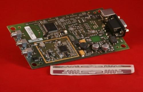 ISC.MRMU102 Mid Range Reader RFID UHF Modulo OEM con inlay