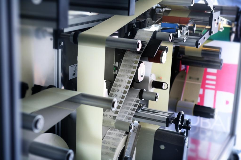 RFID Label Inserting Machine accoppia in automatica l'inlay HF ed UHF con il rivestimento desiderato