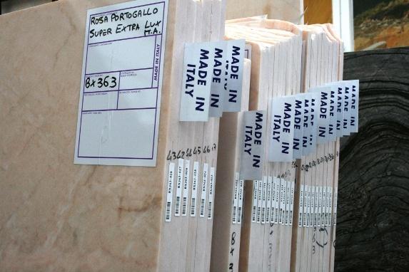 Nella Stone Gallery il tag RFID apposto sulle lastre supporta, con le sue informazioni, le attività di vendita
