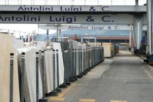 StoneID in Antolini Luigi & C.: RFID per la tracciabilità completa delle lastre di marmo, dall'ingresso in fabbrica dei blocchi all'uscita dopo la vendita. Parte del magazzino outdoor