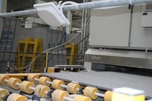Lavorazione delle lastre (lucidatura), ciascuna tracciata grazie all'antenna RFID (in alto)