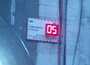 Display che segnala il numero di persone in galleria rilevate con sistema RFID Tunnel Watcher