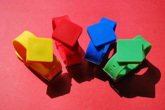 Bracciali per forma e tipologia simili a quelli utilizzati per il controllo accessi